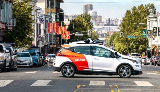 Fahren Sie ein selbstfahrendes Testfahrzeug auf den Straßen der Stadt San Francisco